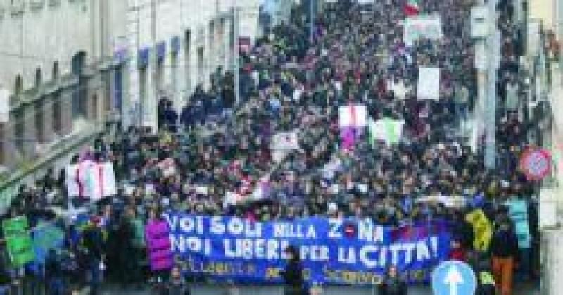 [Estudantes vão às ruas de Roma protestar contra lei universitária]