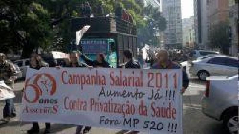 [Servidores da Ufrgs fazem caminhada em Porto Alegre]