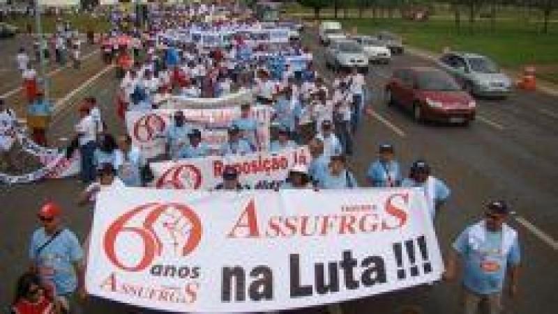 [Trabalhadores das Universidaades Marcham sobre Brasília]
